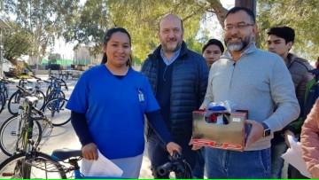 Estudiantes de la FCM recibieron bicicletas como parte de la beca de transporte
